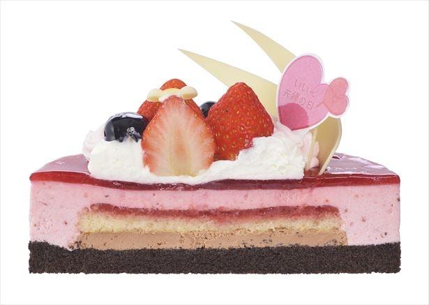 チョコクリームと苺ジャム、苺ムースをサンドしたムースケーキは華やかで記念日にぴったり