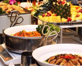 シンガポール名物のチキンライスやラクサなど選べるメインと、サイドメニューは食べ放題のブッフェスタイル/SINGAPORE CHINESE CUISINE TRIPLE ONE
