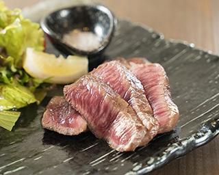 牛赤身ステーキ(950円)。塩コショウと岩塩でシンプルに味付け