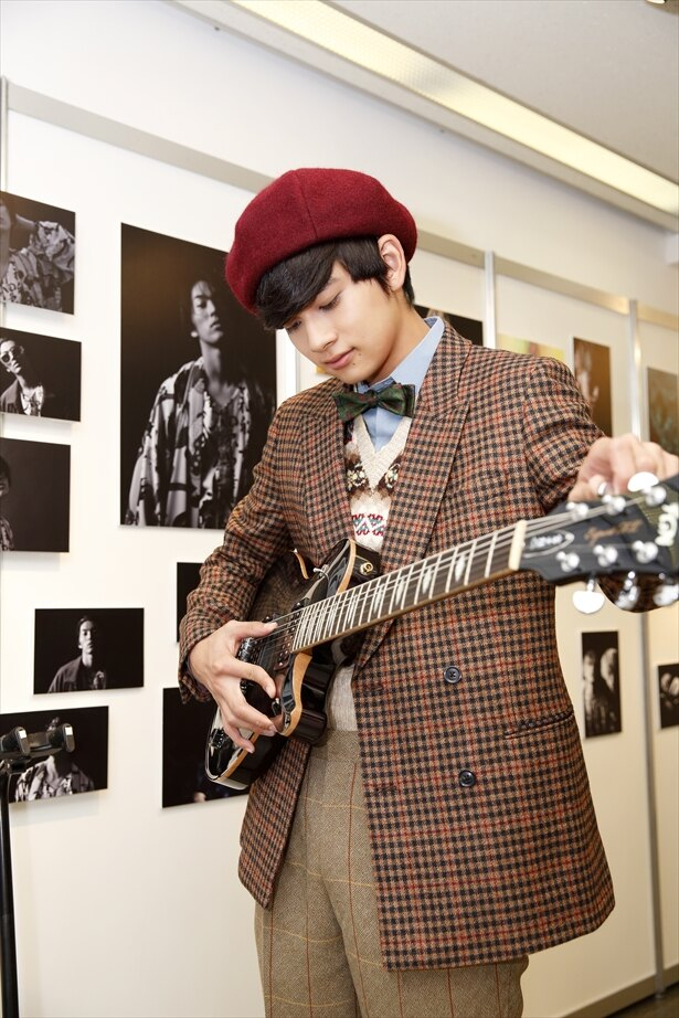 展示した自身のギターを弾く匠海くん
