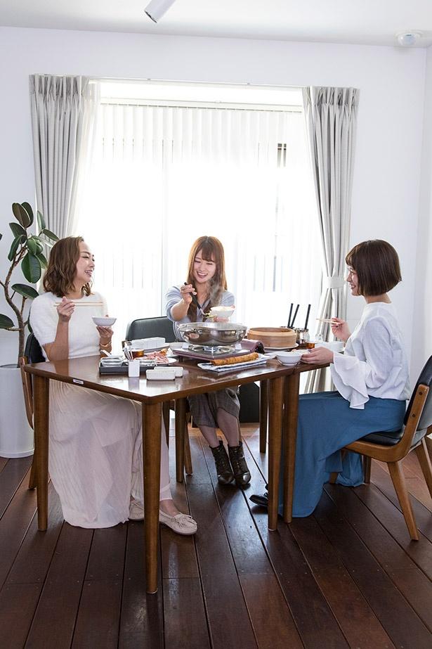 仲良く鍋をつつくモデル女子たち。思わず箸も会話も止まらない。左から美奈子、まい、青空