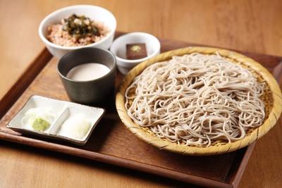 「スーパー・アンチエイジング・セット」(1190円)。麺は自家製、ツユはクルミがベース