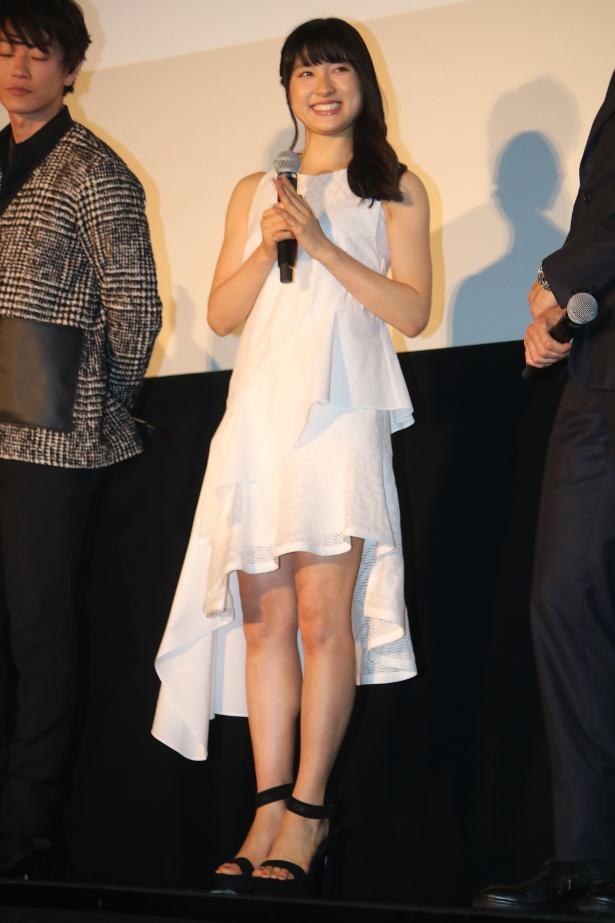 【写真を見る】土屋太鳳が白いドレスで美脚を見せた
