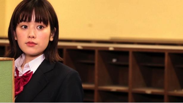 【写真を見る】筧美和子の珍しい制服姿もキュート!