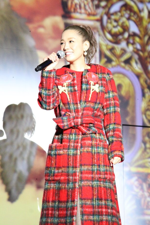 クリスマスらしいタータンチェックの衣装でステージに登場した西野カナ