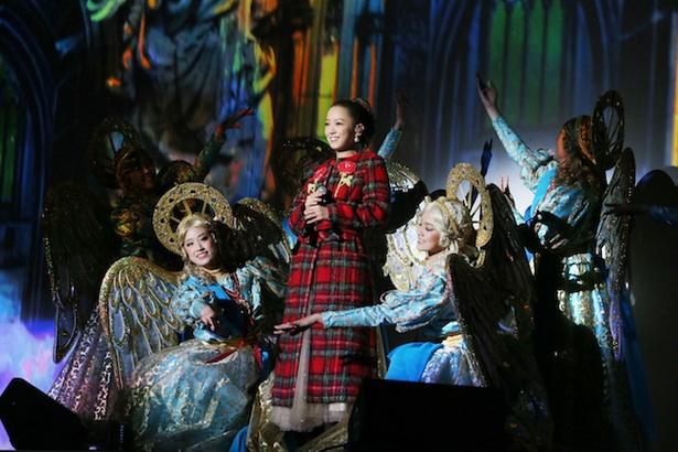 パークのクリスマス・ライブショーのキャストもステージに登場!(画像提供:ユニバーサル・スタジオ・ジャパン)