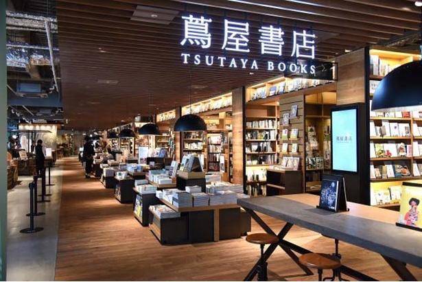 【写真を見る】東京・代官山店の理念を継承する新店舗。およそ700坪の売場に18万冊の蔵書を誇る