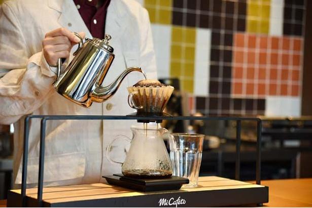 瀟洒な店内にはコーヒーの魅惑的な香りが漂う。店内にはコーヒーセラーも備え、コーヒー豆の購入もできる