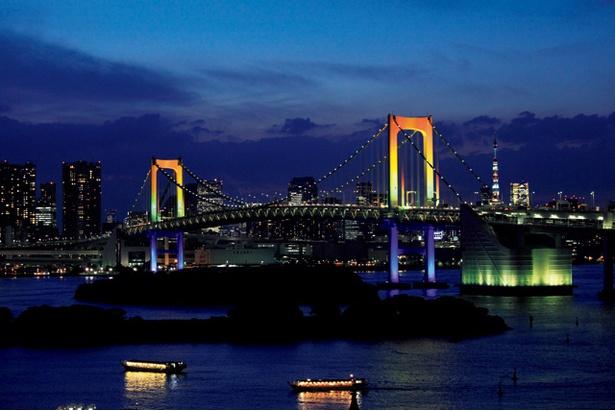 レインボー色に輝く橋は圧巻!背景に東京タワーを入れて撮影すればフォトジェニックな写真の完成だ