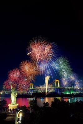 【写真を見る】花火×ライトアップの豪華競演!お台場エリアでは12月の土曜日に花火が打ち上がる