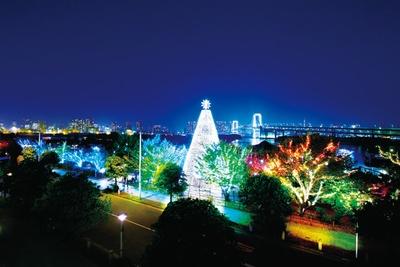 中央の高さが約20mのデックス東京ビーチ「台場メモリアルツリー」。背景のレインボーブリッジもイルミネーションに花を添える