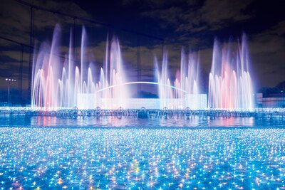 よみうりランドでは、ダイナミックな大噴水ショーをはじめ、8種のイルミネーションショーを見ることができる(写真は16年のもの)
