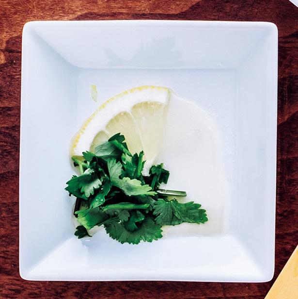 【写真を見る】パクチーブームの昨今、ぜひとも試したい「パクチー+レモン+砂糖+ナンプラー」。鍋に砂糖だなんて意外に思えるが、辛いタイ料理に砂糖は定番