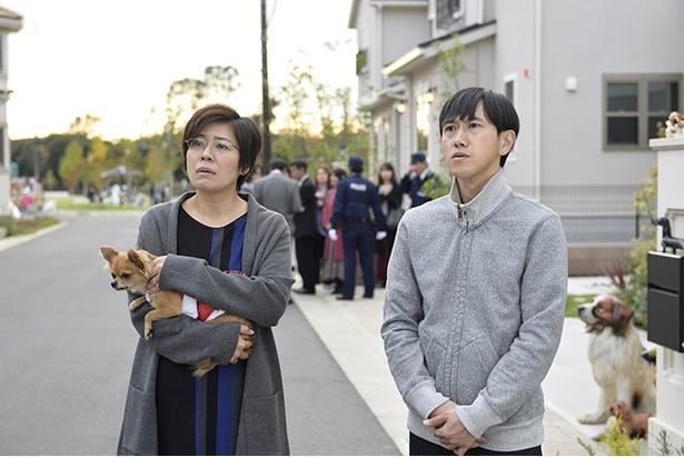 「重要参考人探偵」第5話にゲスト出演する青木さやか、六角慎司(左から)