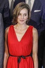 レティシア王妃、全身真っ赤なファッションで颯爽と公務に登場!