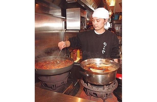 「角打 山ちゃん」の大鍋では、モツ煮やおでんが湯気を立てる