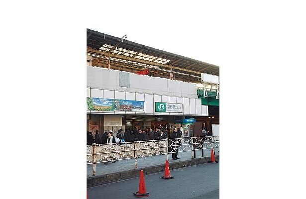 JR中野駅前。その周辺に、ラーメン店や居酒屋など美味しい店が満載の「中野ふれあいロード」や、長さ225mのアーケード型商店街「中野サンモール」がある