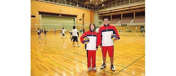 一般開放の時間帯には、主競技場でバドミントンやバレー、バスケなどが楽しめる「中野体育館」。道具貸出無料の卓球場や、会員制のトレーニングルームあり