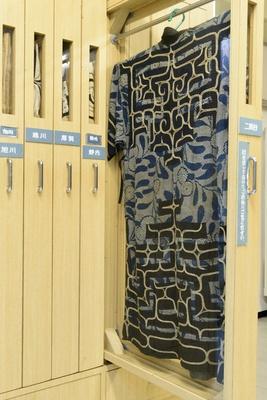 木綿の着物に黒や紺色の布を置いて刺繍したチカラカラペ