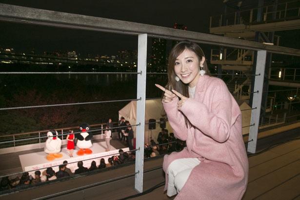 イベントの様子をデッキから眺める東條さん。「ピングーとピンガがかわいすぎる!」