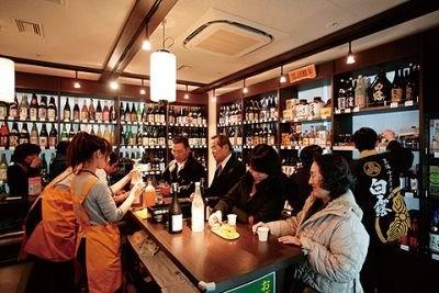 11Fにある「めざマル酒」。立ち飲み形式のテイスティ ングスペースは、仕事帰りと思われる人々を惹き付け、 夕方以降は特に大繁盛!