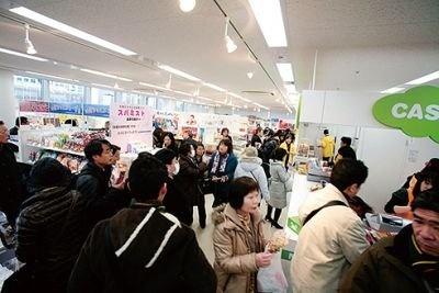 10Fの沖縄・九州エリア。宮崎名物の肉巻きおにぎりを求める長〜い行列ができた。オ ープン後1時間で200個以上を売り上げた人気っぷり