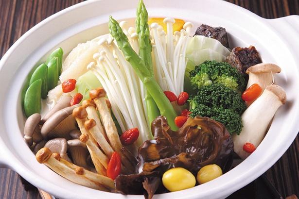 新鮮な有機野菜や果物を使用した鍋料理は自然の旨味が味わえる