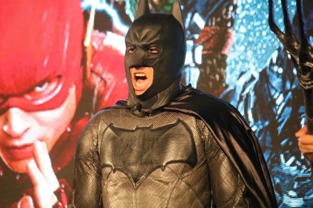 尾形貴弘がバットマンのコスプレをして登場