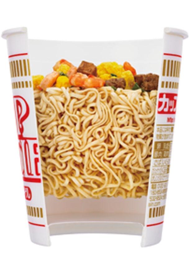 【写真を見る】湯を注ぐと全体に行きわたり、麺が均一に戻るよう計算されている/日清食品