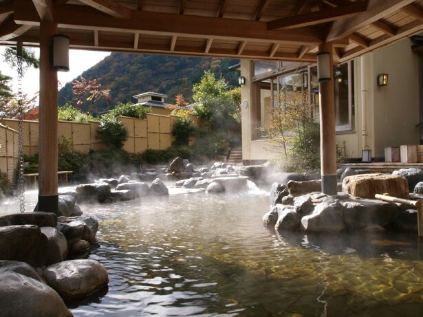 11月の「季節風呂 森の湯」は、漢方の湯。体の芯までポカポカ温まること間違いなし!