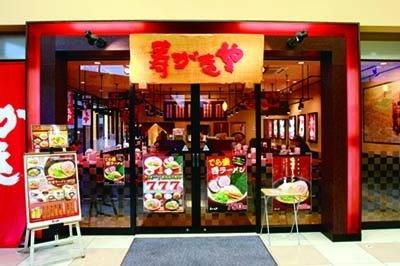 「寿がきや 熱田キャッスル店」(名古屋市熱田区)では、パンチを効かせたこってりトンコツが特徴の「赤ラーメン」(580円)や、創業当時の味を再現した「白ラーメン」(530円)などを販売