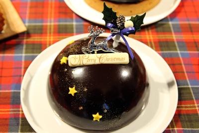 【写真を見る】艶めくチョコレートグラサージュの下には、ピスタチオムースが!ボビーユーハイム、マイスターシュトュックの「星降る夜空」(3240円)