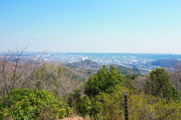登山道が整備されており、歩きやすい多峯主山。山頂からは富士山、奥多摩や奥武蔵の山並みが見える