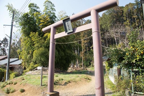 信州御嶽神社の分霊として、江戸末期に建てられた。70号線へ出る場所に第一鳥居がある