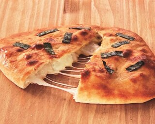 「おにぎりせんべい風包み焼きピザ」(1512円)
