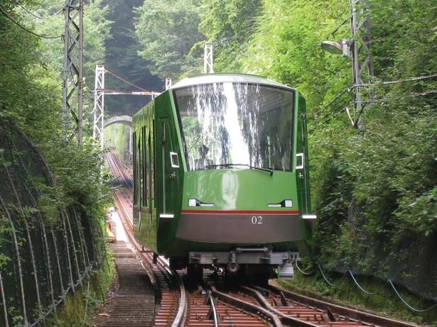 大山ケーブル駅から阿夫利神社駅までは約6分。15年に眺望を楽しむ展望車両が登場した