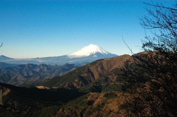 大山山頂からは、江の島と相模湾、振り返れば富士山も望む大パノラマの景色を楽しめる