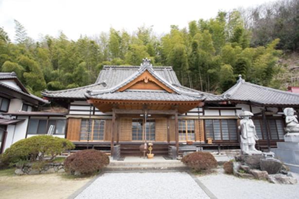 萬福寺の門の外にはトイレがあるので入山前に立ち寄っておこう