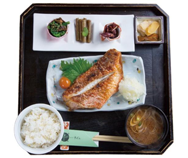 和銅黒谷駅近くの「食卓処 宇ぜん」でご飯を。焼魚鯖の味噌煮1000円(写真はイメージ)など手ごろ価格がうれしい