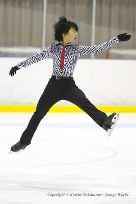 【写真を見る】バレエジャンプを見せる佐藤駿
