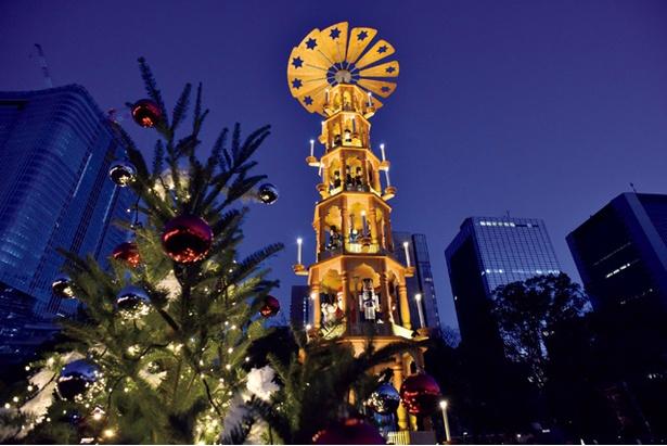 【写真を見る】「東京クリスマスマーケット2017」のシンボル「クリスマスピラミッド」は高さ14m