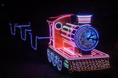 ロードトレインに乗って会場を巡る。まさにイルミネーションづくし!