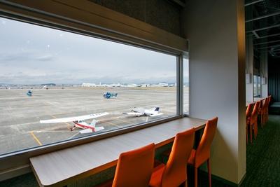 滑走路を望むカフェ。ドリンクや軽食があり、中には空やミュージアムにまつわる名前のメニューも!