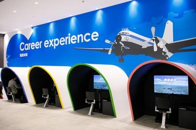 コックピットに座って飛行機の操縦体験ができる職業体験コーナー