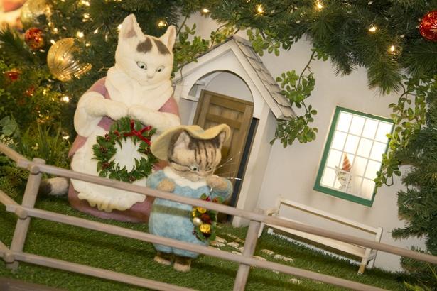 同イベントの物語に登場する、タビタおくさんと子猫のトム。窓からは子猫のモペットが顔を出している!