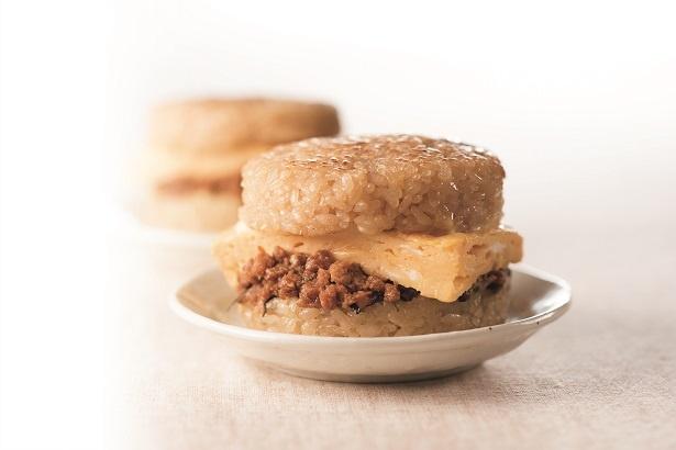 玉子焼のやさしい甘みと肉の旨味が後を引く、太郎の「ライスバーガー」(400円)