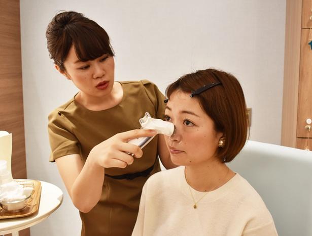マッサージクリームを塗り、美顔器で肌を温め、血行を促進して毛穴の汚れを奥からしっかり誘い出す