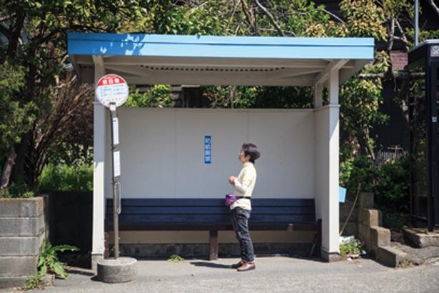 前田橋バス停の目印はレトロな青い屋根。道路を挟んだ先に自動販売機がある。トイレはJR逗子駅で済ませておこう