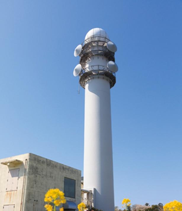 標高200mに位置する雨量観測所が山頂から一望。晴天の日は白い建物が青空に映える