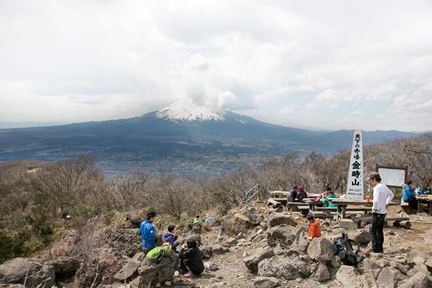 金時山山頂からは箱根町とその向こうに芦ノ湖が見える。右手にある富士山までパノラマで絶景を望めるのがこの山の魅力